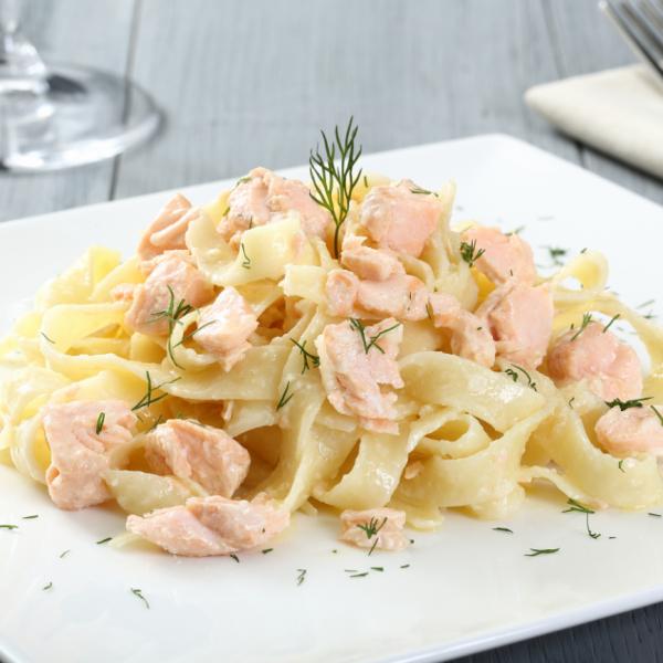 fettucine com salmão cremoso em prato decorado