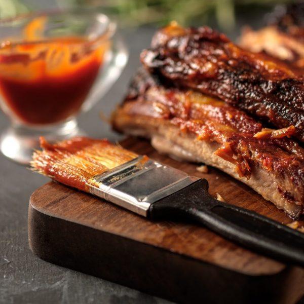 molho barbecue com costelinha de porta na tábua
